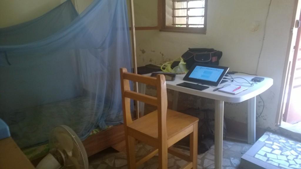 Je m'improvise un bureau afin de travailler selon les humeurs des coupures de courant soudaines et pour un temps indéterminé. J'arrive néanmoins à avoir assez de wifi pour le moment pour envoyer ce que je veux et d'électricité pour charger mon ordinateur.